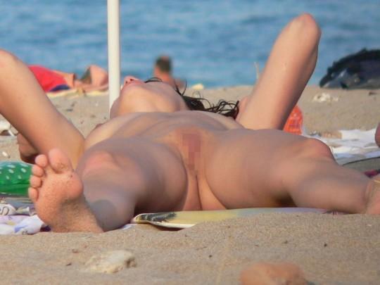 【こマ?】ヌーディストビーチでわざとマンコ見せつけてる女、なんなんやコイツラ・・・(画像28枚)・25枚目