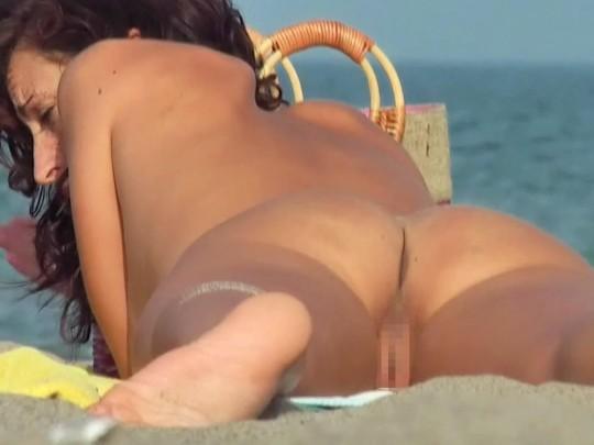 【こマ?】ヌーディストビーチでわざとマンコ見せつけてる女、なんなんやコイツラ・・・(画像28枚)・26枚目
