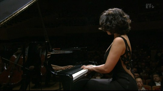 【GIFあり】NHKが放送したコンサートで召喚された爆乳ピアニストwwwwwww・1枚目