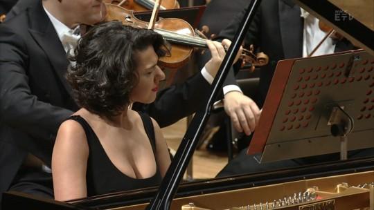 【速報】NHKさん、テレ東の影響を受けて巨乳痴女ピアニストを召喚するwwwwwwwwwwwww(GIFあり)・2枚目