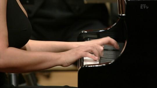 【GIFあり】NHKが放送したコンサートで召喚された爆乳ピアニストwwwwwww・3枚目