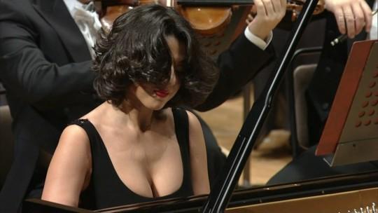 【GIFあり】NHKが放送したコンサートで召喚された爆乳ピアニストwwwwwww・4枚目
