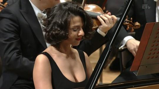 【GIFあり】NHKが放送したコンサートで召喚された爆乳ピアニストwwwwwww・5枚目