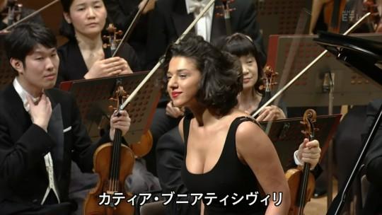 【GIFあり】NHKが放送したコンサートで召喚された爆乳ピアニストwwwwwww・7枚目