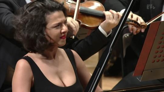 【速報】NHKさん、テレ東の影響を受けて巨乳痴女ピアニストを召喚するwwwwwwwwwwwww(GIFあり)・11枚目