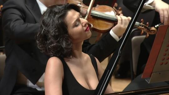 【GIFあり】NHKが放送したコンサートで召喚された爆乳ピアニストwwwwwww・12枚目
