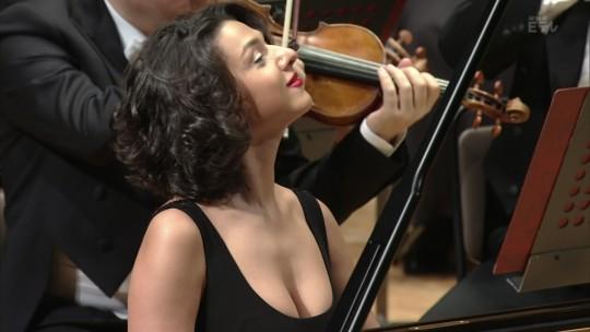【GIFあり】NHKが放送したコンサートで召喚された爆乳ピアニストwwwwwww・13枚目