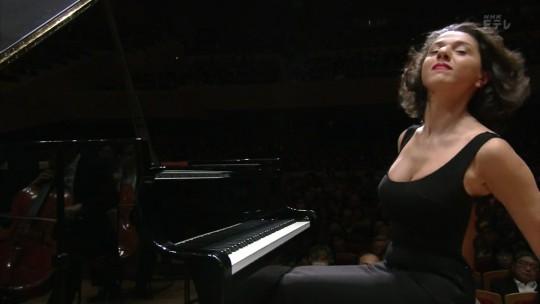 【GIFあり】NHKが放送したコンサートで召喚された爆乳ピアニストwwwwwww・15枚目