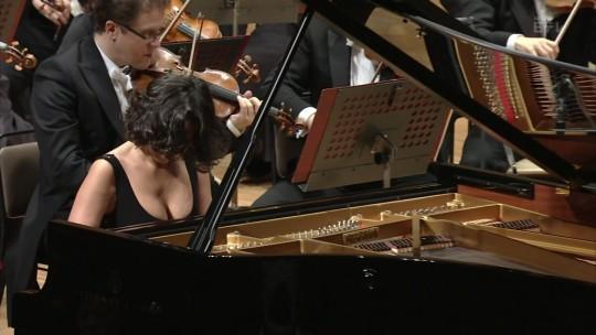 【GIFあり】NHKが放送したコンサートで召喚された爆乳ピアニストwwwwwww・16枚目