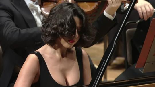 【GIFあり】NHKが放送したコンサートで召喚された爆乳ピアニストwwwwwww・17枚目