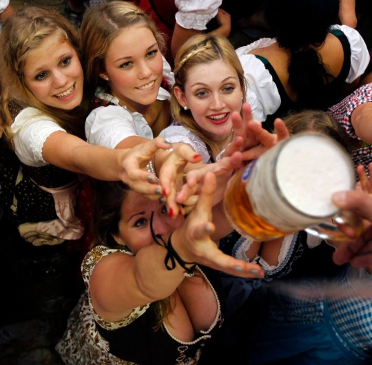 【マニアック】ドイツのスケベな民族衣装『ディアンドル』のエロ画像貼ってく。(画像30枚)・13枚目