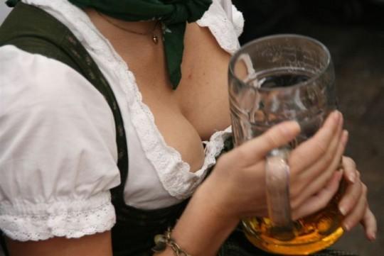 【マニアック】ドイツのスケベな民族衣装『ディアンドル』のエロ画像貼ってく。(画像30枚)・21枚目