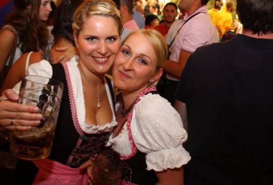 【マニアック】ドイツのスケベな民族衣装『ディアンドル』のエロ画像貼ってく。(画像30枚)・24枚目