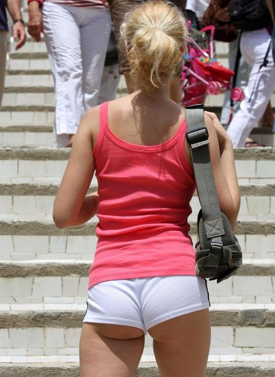 【ええのんか?】外人女子、ハミ尻の一線を越えてくる。(画像あり)・1枚目