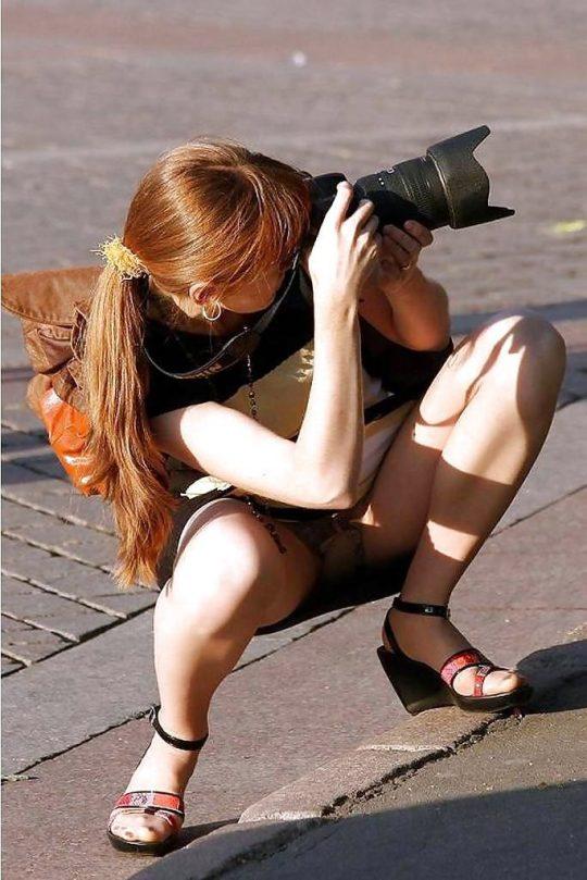 【画像あり】外人の「オフの日に公園でまったりパンチラ画像」でコレを超える一枚が未だに無い件wwwwwwwwwwwwww・7枚目