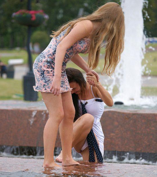 【画像あり】外人の「オフの日に公園でまったりパンチラ画像」でコレを超える一枚が未だに無い件wwwwwwwwwwwwww・17枚目