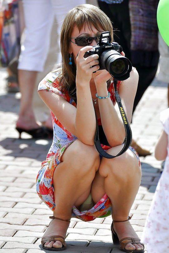 【画像あり】外人の「オフの日に公園でまったりパンチラ画像」でコレを超える一枚が未だに無い件wwwwwwwwwwwwww・20枚目