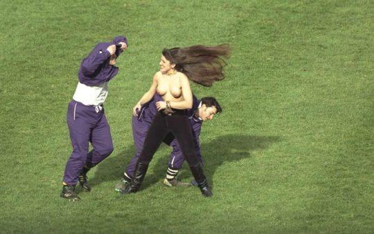 【草不可避】何かの試合に楽しそうに乱入してくる露出狂外国人、すこwwwwwwwwwwwwwwwwwwwwwww(画像あり)・9枚目