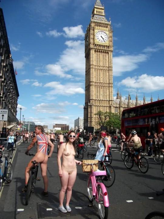 英国の「ワールド・ネイキッド・バイク・ライド」とかいう真面目な社会イベントの様子がマジキチwwww(画像あり)・3枚目