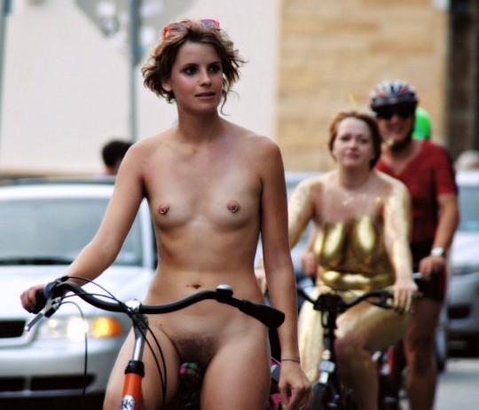 英国の「ワールド・ネイキッド・バイク・ライド」とかいう真面目な社会イベントの様子がマジキチwwww(画像あり)・5枚目