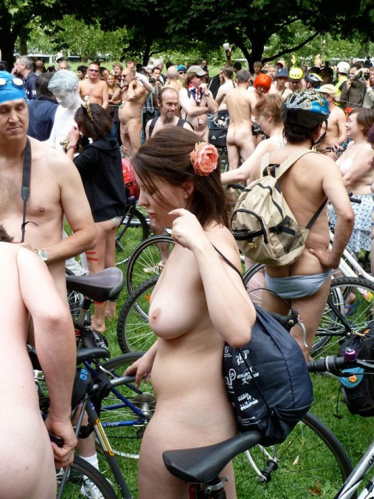 英国の「ワールド・ネイキッド・バイク・ライド」とかいう真面目な社会イベントの様子がマジキチwwww(画像あり)・9枚目