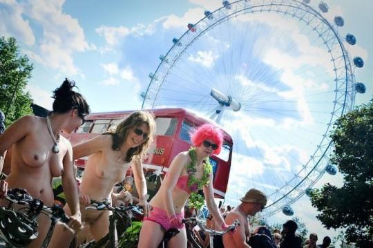 英国の「ワールド・ネイキッド・バイク・ライド」とかいう真面目な社会イベントの様子がマジキチwwww(画像あり)・13枚目