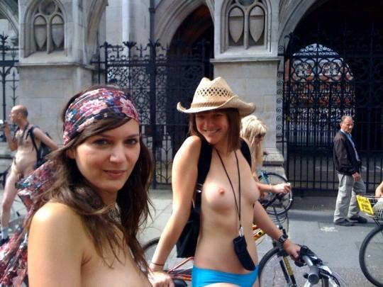 英国の「ワールド・ネイキッド・バイク・ライド」とかいう真面目な社会イベントの様子がマジキチwwww(画像あり)・14枚目