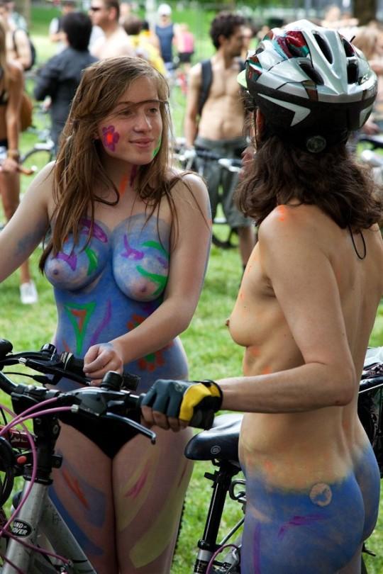 英国の「ワールド・ネイキッド・バイク・ライド」とかいう真面目な社会イベントの様子がマジキチwwww(画像あり)・17枚目