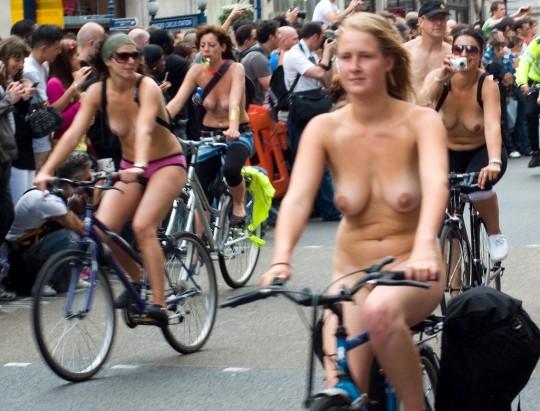 英国の「ワールド・ネイキッド・バイク・ライド」とかいう真面目な社会イベントの様子がマジキチwwww(画像あり)・22枚目