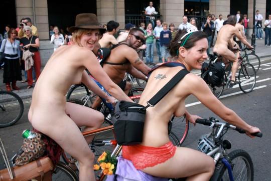 英国の「ワールド・ネイキッド・バイク・ライド」とかいう真面目な社会イベントの様子がマジキチwwww(画像あり)・23枚目