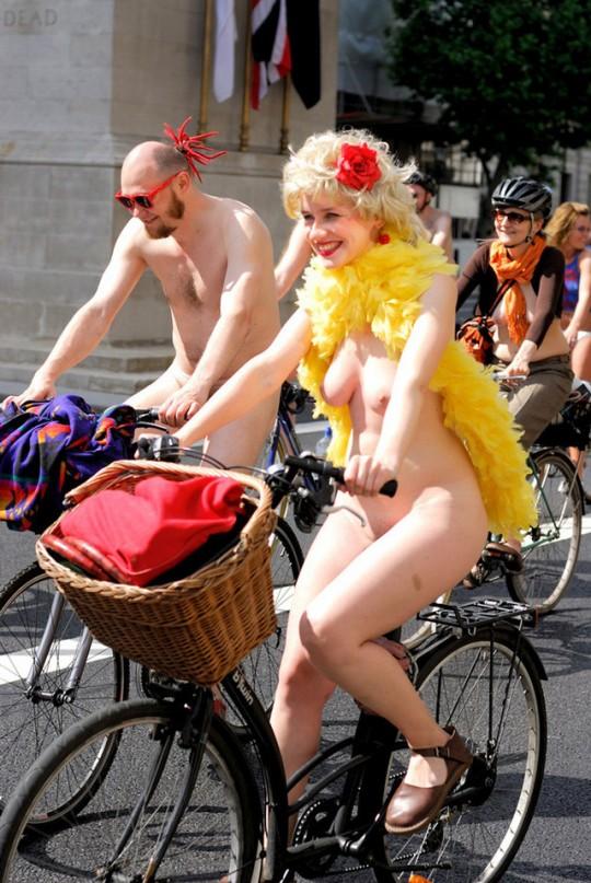英国の「ワールド・ネイキッド・バイク・ライド」とかいう真面目な社会イベントの様子がマジキチwwww(画像あり)・29枚目