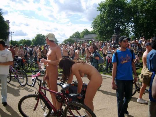 英国の「ワールド・ネイキッド・バイク・ライド」とかいう真面目な社会イベントの様子がマジキチwwww(画像あり)・12枚目