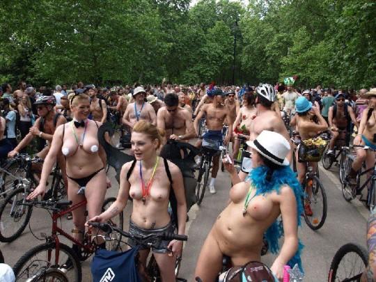 英国の「ワールド・ネイキッド・バイク・ライド」とかいう真面目な社会イベントの様子がマジキチwwww(画像あり)・30枚目