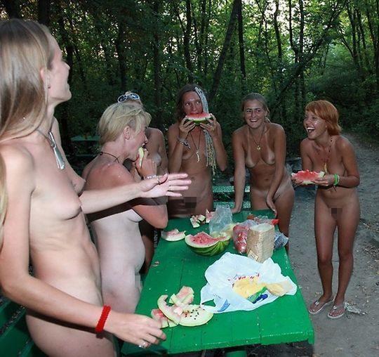 【ファーーー】外国のヌーディストビーチならぬ「ヌーディストキャンプ場」の様子をご覧下さいwwwwwwwwwww・1枚目