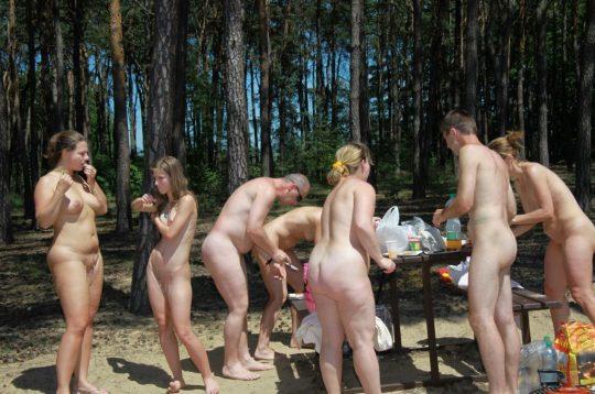 【ファーーー】外国のヌーディストビーチならぬ「ヌーディストキャンプ場」の様子をご覧下さいwwwwwwwwwww・11枚目