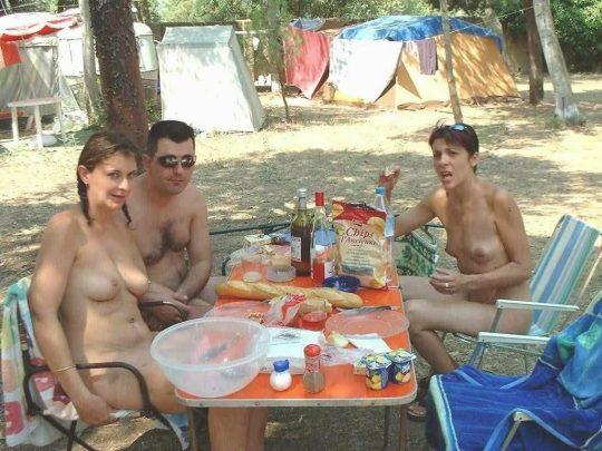 【ファーーー】外国のヌーディストビーチならぬ「ヌーディストキャンプ場」の様子をご覧下さいwwwwwwwwwww・24枚目
