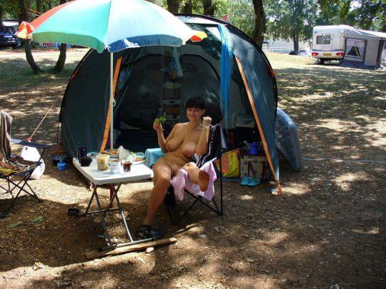 【ファーーー】外国のヌーディストビーチならぬ「ヌーディストキャンプ場」の様子をご覧下さいwwwwwwwwwww・27枚目