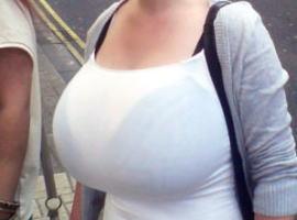 【超乳】街撮りで偶然写った素人女性のおっぱいデカすぎワロタwww