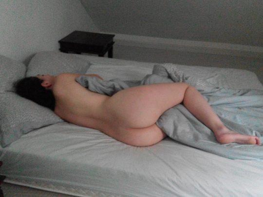 【非道】外人「お、ワイの彼女マンコ丸出しで寝てもうたやんけ!写真撮ったろ!」 → カシャwwwwwwwwwwwww(画像あり)・4枚目