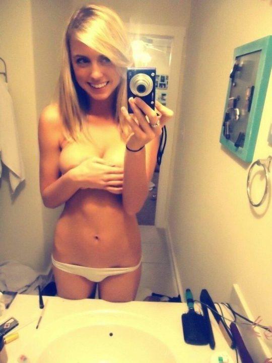 【画像あり】外人女が洗面所で全裸で鏡使って自撮りするあの謎文化、嫌いじゃないwwwwwwwwwwwwwwwwwwwwwww・12枚目