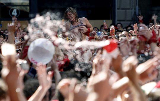 【画像あり】スペイン牛追い祭り、テンション上がった女性によっておっぱい露出祭りへ昇格wwwwwwwwwwwwwwwwwww・4枚目