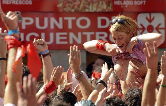 【画像あり】スペイン牛追い祭り、テンション上がった女性によっておっぱい露出祭りへ昇格wwwwwwwwwwwwwwwwwww・6枚目