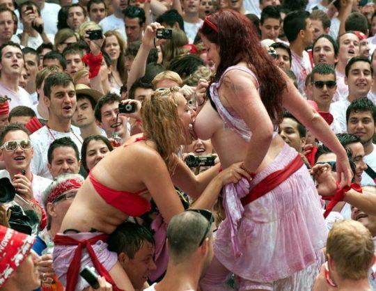 【画像あり】スペイン牛追い祭り、テンション上がった女性によっておっぱい露出祭りへ昇格wwwwwwwwwwwwwwwwwww・10枚目