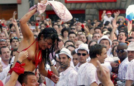 【画像あり】スペイン牛追い祭り、テンション上がった女性によっておっぱい露出祭りへ昇格wwwwwwwwwwwwwwwwwww・11枚目