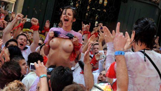 【画像あり】スペイン牛追い祭り、テンション上がった女性によっておっぱい露出祭りへ昇格wwwwwwwwwwwwwwwwwww・14枚目