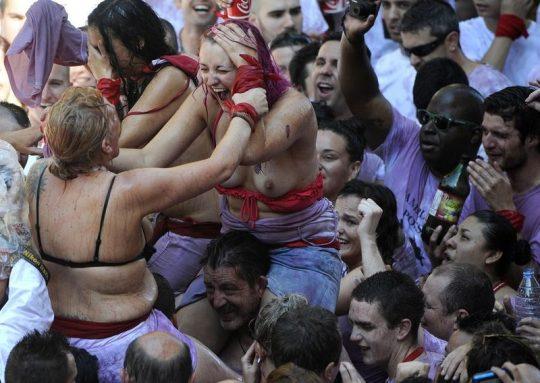 【画像あり】スペイン牛追い祭り、テンション上がった女性によっておっぱい露出祭りへ昇格wwwwwwwwwwwwwwwwwww・25枚目