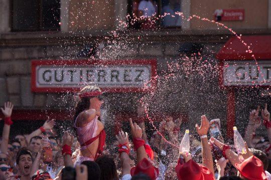 【画像あり】スペイン牛追い祭り、テンション上がった女性によっておっぱい露出祭りへ昇格wwwwwwwwwwwwwwwwwww・26枚目
