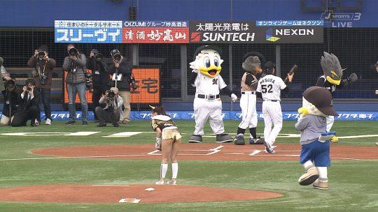 【画像あり】芸能人エロ始球式の画像を集めた結果・・・→ 壇蜜が変態すぎて野球冒涜レベルでワロタwwwwwwwwwwwwwwwwww・6枚目