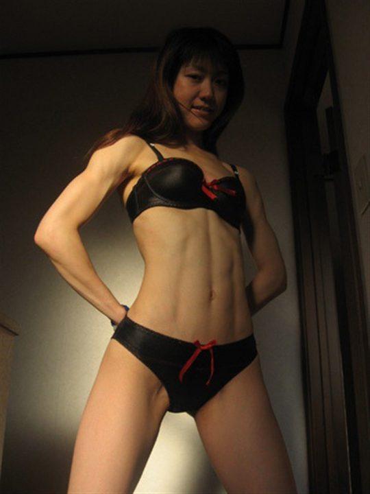 【画像あり】こういう腹筋が6パックに割れてる女、ぐぅエロいwwwwwwwwwwwwwwwwwwwwwwwww・6枚目