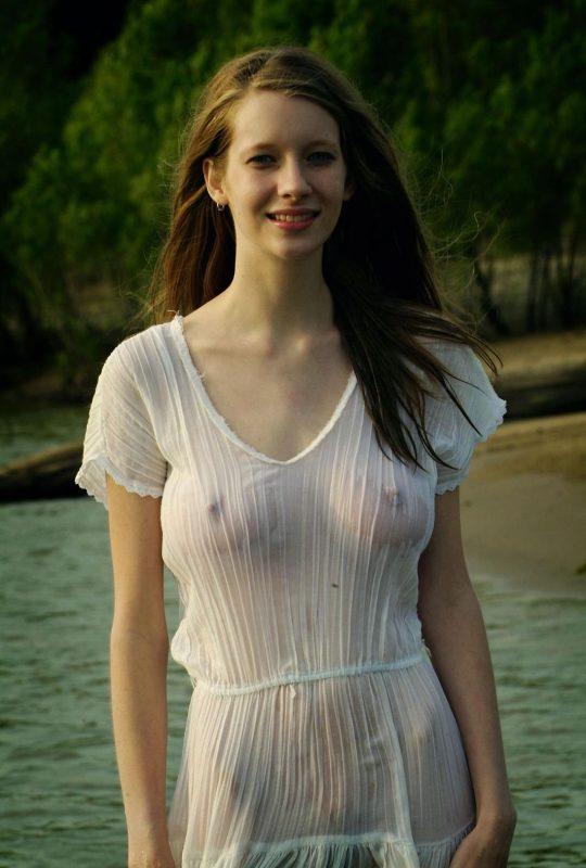 【画像あり】ノーブラTシャツがびしょ濡れになってるのに全く気にしてない女子、大好きwwwwwwwwwwwwwwwwwww・13枚目